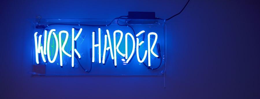 work-harder-blaulicht