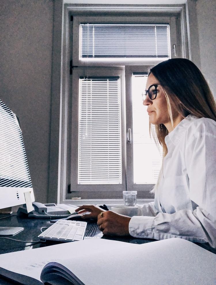Frau vor PC mit Blaulichtfilter Brille